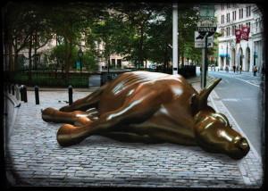 Dead-Bull-toter-Bulle-Verschnaufpause-Wallstreet-Boersenbulle-von-Wladimir-Putin-zu-Schanden-geritten-gerahmt-Trauerflor